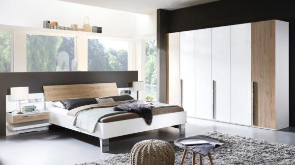 Schlafzimmerkombination mit Kleiderschrank, Doppelbettgestell und Nachttischen mit beleuchteter Glasablage